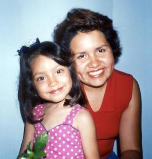 Éricka Magaña García con su hija Linda Magaña García el día que celebró su quinto cumpleaños de vida.