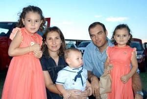 Francisco Téllez Rodríguez acompañado por sus papás Franciso Téllez y Rocío Rodríguez, y por sus hermanitos Samantha y Leonardo en su fiesta de cumpleaños.