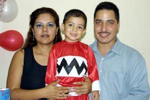 Jesús Adrián ramírez Díaz con sus papás Adrián Ramírez Medina  y Claudia Araceli  Díaz Mesta en la fiesta que le ofrecieron por su tercer aniversario de vida.