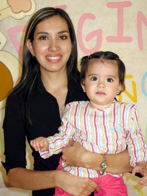 Regina Castellanos Magaña con su mamá Mary Magaña de Castellanos en la fiesta que le ofreció por su primer año de vida.
