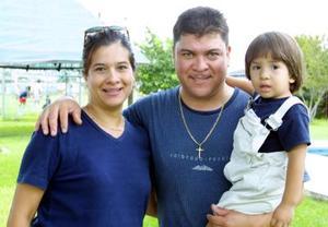 Señor Jorge Silva Jáquez acompañado por su esposa Malú Robles de Silva y por su hijo Jorge Silva en la comida que le organizaron por su cumpleaños.