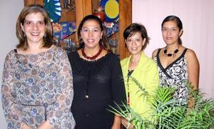 Cristina Ríos de Velázquez acompañada de las organizadoras de su fiesta de canastilla Sonia de Lara, Lily Guerrero y Mónica de Verduzco