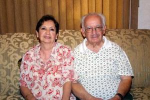 Ernesto Cabello Flores el día de su cumpleaños acompañado por su esposa, Guadalupe Domínguez.