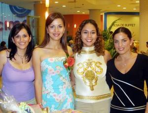 Martha Cisneros acompañad de Patricia Acosta, Inglaterra Esparza y Rocío Sánchez en la despedida de soltera que le organizaron.