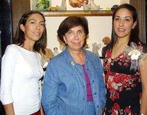 <u>19 octubre </u><p> Verónica Marroquín y Lizz López González en el festejo que les preparó la señora Elba de González.