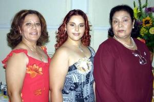 Nora Devely Flores González acompañada de su mamá Nora González y su futura suegra Juanita de Gutiérrez en la fiesta de despedida que le organizaron.