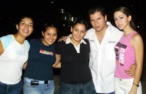 Diana Adriana, Bárbara, José Luis y Mónica, captados en los jardines del Tecnológico de Monterrey Campos Laguna, previo a la presentación del grupo Elefante.
