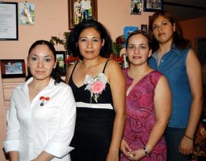 Liliana Esparza Carbajal acompañada por Agustina Carbajal de Esparza, Mary Esparza Carbajal y Juliana Muñoz en la fiesta de despedida que le ofrecieron por su próximo enlace.