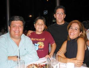 Mario González Muro y Jetty Jáuregui de González con sus hijos Mario  y Estaban.