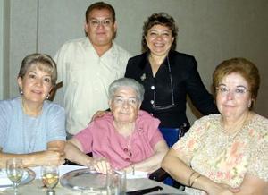 Conchita Morales de Macías, Conchita Cantú de Morales, Blanca Alicia Morales, Tere de Dïaz y José Luis Ríos ex alumnos del colegio Villa de Matel.