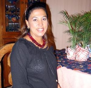 Cristina Ríos de Velázquez en su fiesta de regalos, ofrecida con motivo del próximo nacimiento de su bebé.