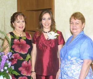 <u>21 octubre </u><p> Olga Sánchez de Pérez acompañada por las anfitrionas de su convivio, señoras María de la Paz Calleros de Ovejero y Christa Luetje de Pérez.