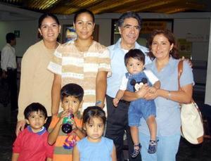 Oscar Martínez retornó a  Los Ángeles, lo despidieron sus hijas Gloria, Verónica y Pilar y sus nietos.