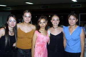 Adelú Zamorano Cavanzón acompañada de un grupo de amigas en su primera despedida de soltera.