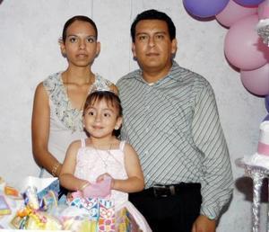 Diana Sofía García Zapata con sus papás, Alejandro García Espinoza  y Magdalena Zapata de García en la fiesta de cumpleaños que le organizaron por sus tres años de vida.