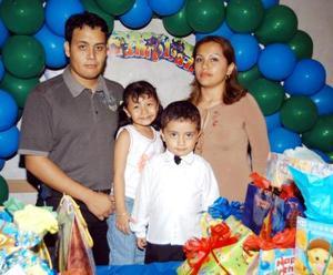Pablo Guillermo Hernández Nafarrete con sus papás  Pablo Hernández y Guillermina Nafarrete y su hermanita Andrea Joceline en la fiesta que le prepararon por sus tres años de vida.