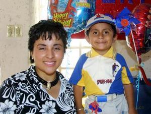 Roberto Antonio Hernández Rosales con su mamá Sara Ruth Rosales de Hernández en la fiesta que le ofrecieron por sus tres años de edad.