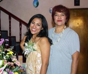 Diana Monserratt Luna García acompañada de la anfitriona de su despedida de sotlera, su mamá María Dolores García de Luna