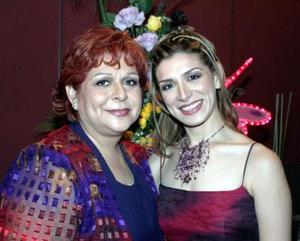 Iris Carolina Márquez Sánchez acompaañada de  la Dra. María Elena Sánchez de Márquez.