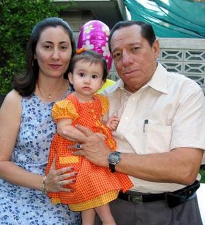 Ana Cristina Ochoa Vilallobos festejó su primer cumpleaños con una divertida piñata organizada por sus papás Macedonio Ochoa y Janett Villlalobos de Ochoa