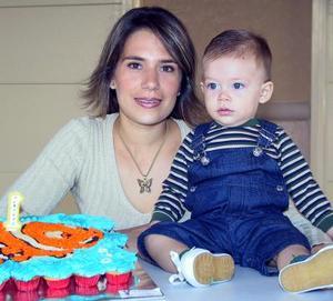 El pequeño Alberto Aguilera Olivier con su mamá Mónica Aguilera en la fiesta que le ofrecieron con motivo de su primer año de vida.