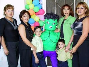 Guillermo y Fernando Porras Salinas con sus papás manuel Porras y Alicia Salinas de Porras, su madrina y su tía en la fiesta que se le ofreció por sus tres y  siete años de vida respectivamente.