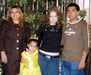 La niña Samantha Ofelia con Sonia Córdova, Ale Varela y Roberto Luján Córdova en la fiesta que le ofrecieron por sus seis años.