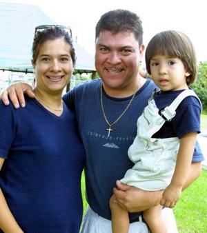 Malu Robles de Silva y Jorge Jáquez con su hijo Jorge.