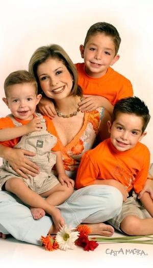 Paola Lamberta de Villarreal con sus hijos Rogelio, Diego y Pablo.