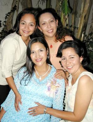 Lupita Ávila de Huerta con las organizadoras de su fiesta de canastilla Carolina Betancourt y de Martínez, Martha Olivares de Rodríguez y Magda Frías de   Aguilera.