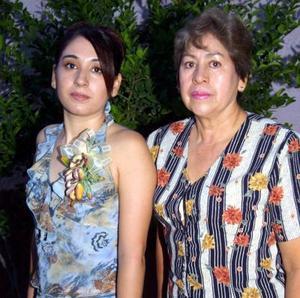 Brenda Monsiváis López con la señora Raquel López Jove, organizadora de su despedida de soltera.