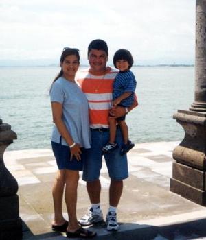 Jorge Silva y Malú de Silva con su hijo Jorgito, quienes recientemente disfrutaron de unas vacaciones en una playa nacional.