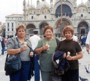 Rosy Dueñes, Lila García y María de Jesús Valdivia en la Plaza San Marcos en Venecia Italia, donde gozaron de unas agradables vacaciones.