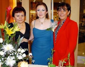 Karina Carrillo Rodríguez con las organizadoras de su despedida de soltera, Blanca Rosa Rodríguez de Carrillo y Rosa Margarita Flores Dovalina