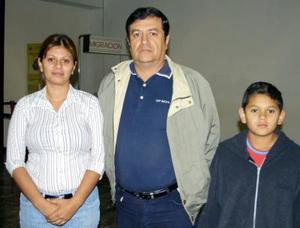 <u> 27de octubre </u> <p> Se trasladaron a Cacnún en plan de vacaciones, Selene Valdez, Walterio Valdez Villalobos y Eusebio Hernández.