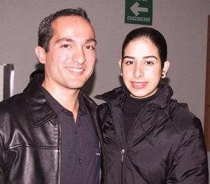 Celso Reyes retornó de Francia, lo recibió Vanessa Blando.