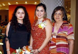 Martha Margarita Aguado Arzola acompañada de las anfitrionas de su dsepedida de sotlera, Olvia Flores y Olvia Banda.