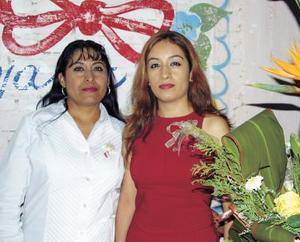 La cercana contrayente Marisela Galicia Belmontes acompañada de la organizadora de su despedida de soltera, Irma Belmontes Espinoza.