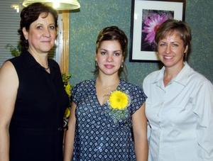 La futura mamá Rumiana Kuiumdjieva de Martínez con las anfitrionas de su fiesta de canastilla, María de Lourdes Pavia y Elena de Kuiumdjieva.