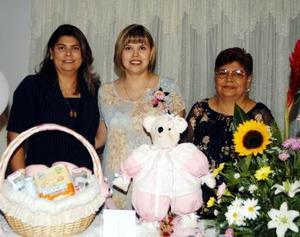 Marcela Aguilar de Ruelas con las anfitrionas de su fiesta de canastilla, Rosa María de Aguilar y Martha de Ruelas.
