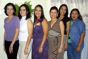 Gabriela Román Echeverría acompañada de un grupo de amistades en su despedida de soltera.