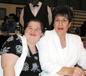 Lety Gómez Martínez con su mamá Leticia Martínez de Gómez.