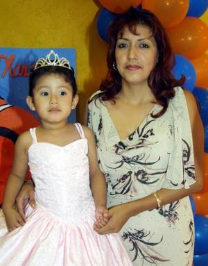 Karen de Santiago de Saucedo acompañada por su mamá Graciela Saucedo en el convivio que le preparó por sus tres años de vida.