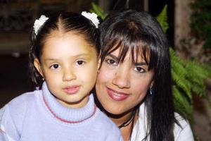 <u>30 de octubre </u><p> Señora Josefina Núñez de Nava acompañada por la pequeña Andrea Nava Núñez.