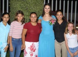 Mayra  Rentería acompañada de un grupo de  invitadas a su despedida de soltera.
