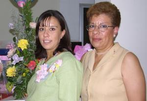 Rosa Janeth Murga de Sánchez con la organizadora de su fiesta de regalos, Rosa María López de Murga.