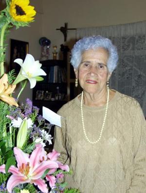 Señora Esperanza Martínez vda. de Samperio celebró su cumpleaños con un convivio que le ofrecieron.