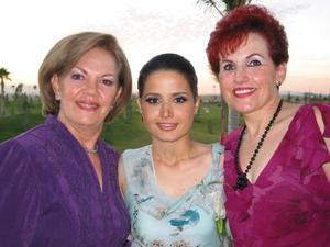 <u>30 de octubre </u><p> La futura contrayente Sofía Ortiz Zermeño junto con las organizadoras de su fiesta de despedida, señoras Angélica González y Nora Zermeño