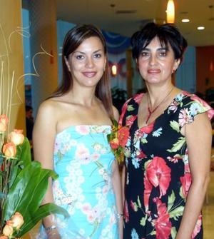 <u>31 de octubre </u><p> Martha Cisneros Sepúlveda con su mamá Martha Olga Sepúlveda de Cisneros en su despedida de soltera.