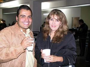 Adrián Sandoval viajó a Monterrey N.L., para atender negocios de autopartes , lo despidió Ana Isela Pérez.